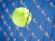 Zaunbau bei Tennisplätzen